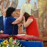 Anaya (PSOE) recibiendo la medalla de manos de Pilar Delgado (PP).