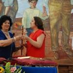 Anaya (PSOE) recibiendo el bastón de mando de manos de Pilar Delgado (PP).