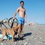 Los malagueños se quejan de tener que venir hasta La Cala del Moral para poder jugar con sus perros en la playa.